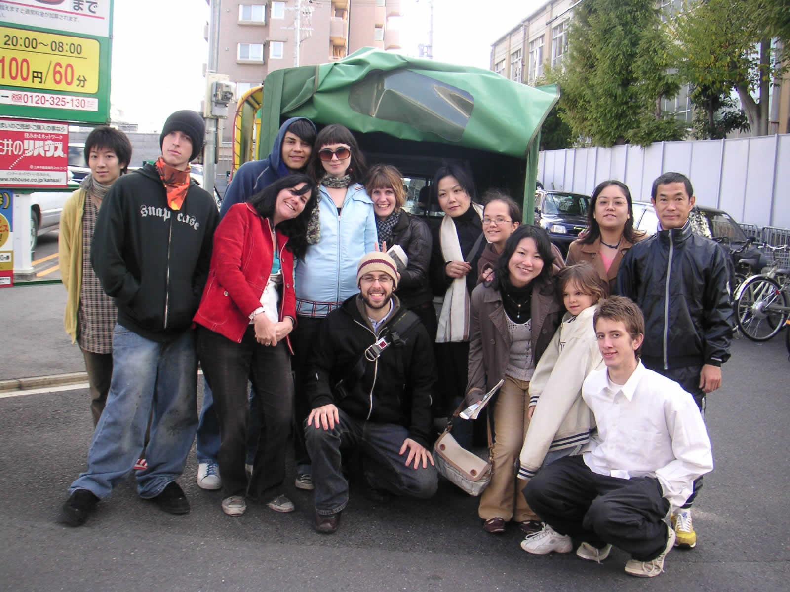 京都での国際ボランチア達はフードドライブを